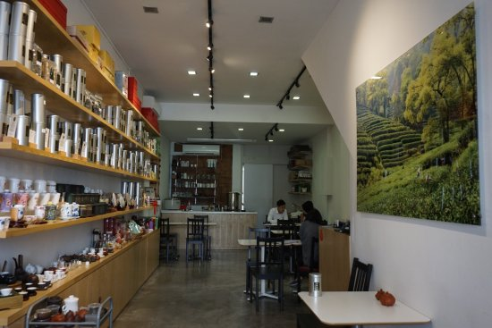Yixing Xuan Teahouse : Inside the shop.