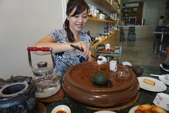 Yixing Xuan Teahouse : The process of pouring tea is interesting.