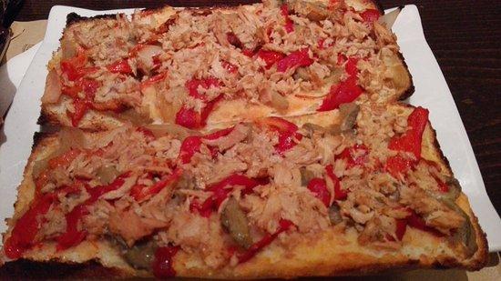 Classic Pizza: Torrada de atún y pimientos. Esta es 1 torrada entera. Se puede pedir media. Buenísima y bien de