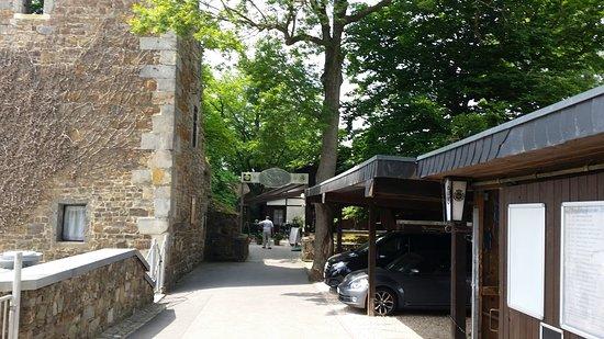 Wurselen, Germany: Het terras ligt achter de oude toren verscholen onder oude beuken en esdoorns