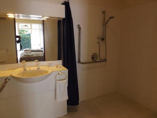 Copperfield Seaside Motel: Disability access studio bathroom