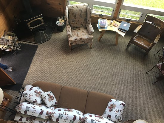 Martinsdale, Монтана: Cowboy Cabin living room area