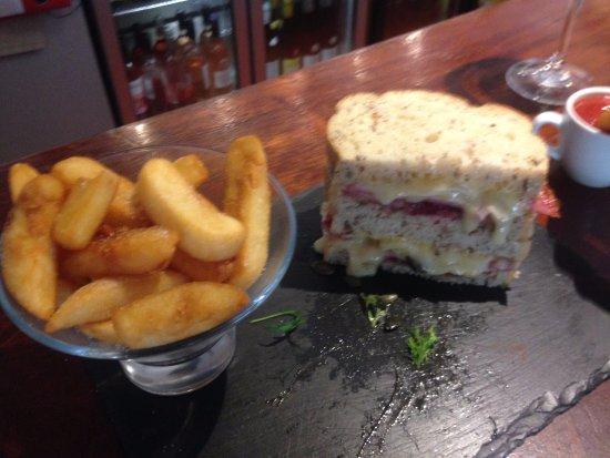 Crondall, UK: BBC Sandwich and fat chips...yummmooo!