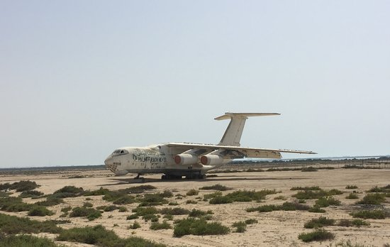Umm Al Quwain, Vereinigte Arabische Emirate: Abandoned IL-76 Airplane Shrouded in Mystery