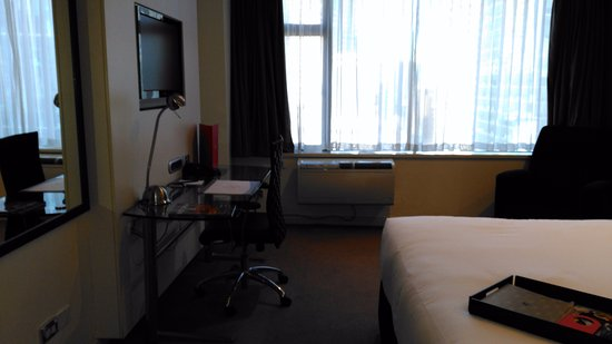 Rydges Melbourne Hotel: Desk, chair, free wifi, heater/cooler