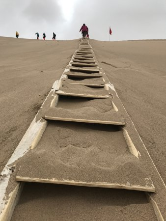 Mingsha Shan (Echo Sand Mountain) Park, Dunhuang, China: U need to ascend to the top of the mountain for sand boarding