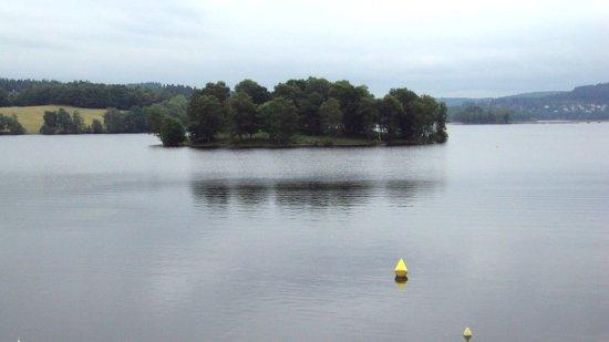 Peyrat-le-Chateau, Frankrike: Vue sur le lac depuis la chambre