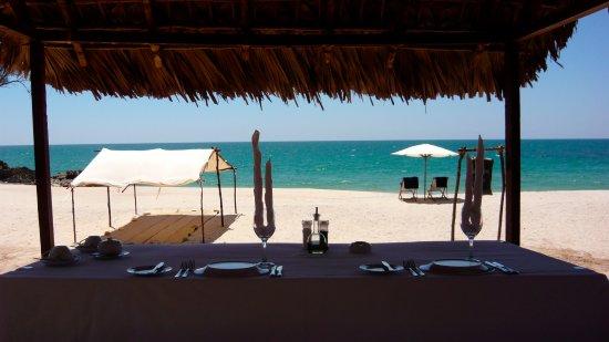 Anjajavy L'Hotel: repas servi sur la plage.
