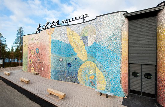 Posio, Finlândia: Anu Pentik Gallery's facade features a stunning, 8 metre high and 20 metre wide ceramic installa