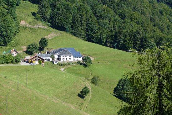 Le Bonhomme, Γαλλία: La ferme-auberge à gauche, avec une vue magnifique sur la vallée
