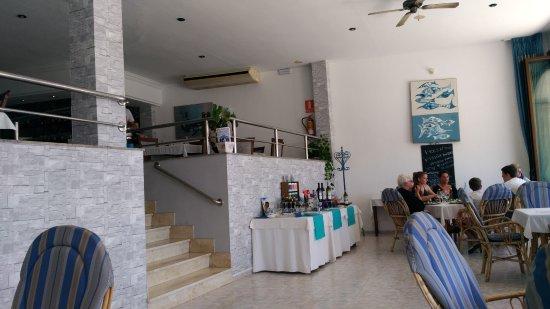 Salle spacieuse avec salle en mezzanine ouverte - Picture of ...