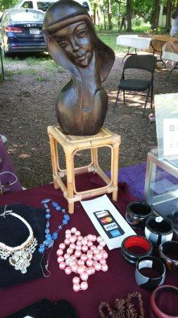 Woodstock, Estado de Nueva York: statuette and inexpensive costume jewelery. Many vendors take credit cards