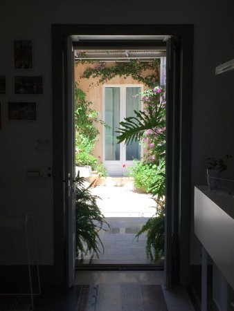 La Moresca Maison de Charme: The entrance hall looking through to the courtyard, the town square and nearby Ragusa