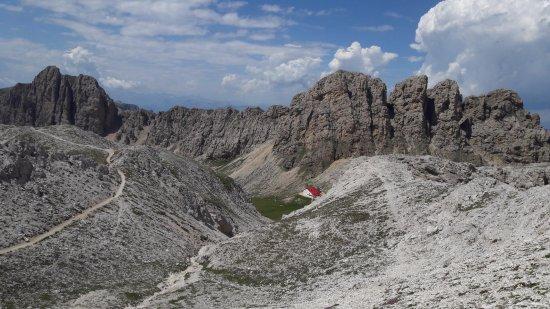 Maximilian Klettersteig : Blick vom maximilian klettersteig auf das schutzhaus tierser alpl