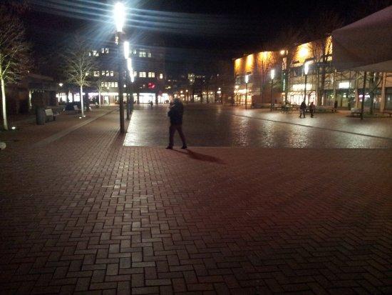 Langenhagen, Niemcy: The square of mall next door to hotel