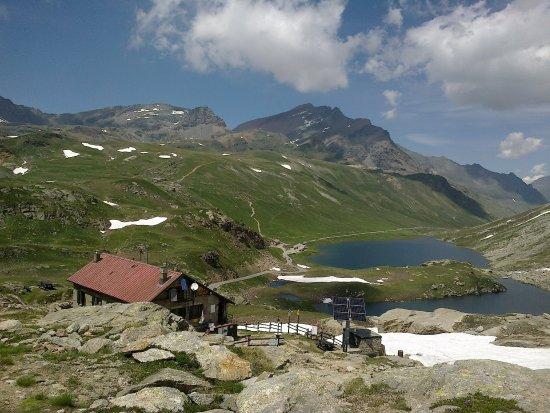 Valsavarenche, Italia: Il rifugio con il suo incantevole panorama!!!