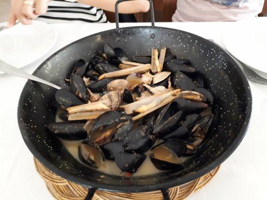 Les Palmeres Restaurant Marisqueria: mejillones, caracoles de mar, navajas y almejas