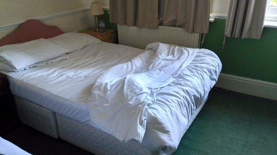 cama sin somier, colchon muy antiguo e incomodo, se notaban todos