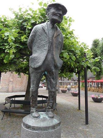 Eersel, هولندا: Contente mens met de terrasjes op de achtergrond