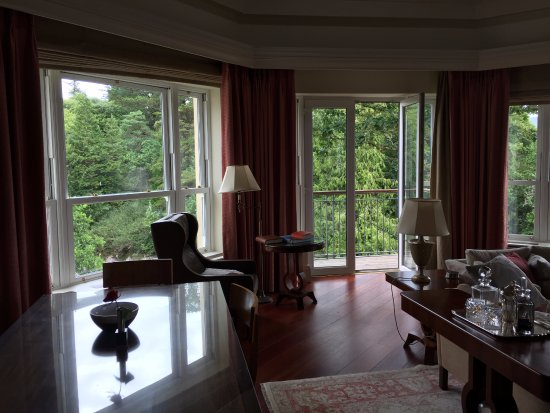 Sheen Falls Lodge: The lounge in our Presidential Suite
