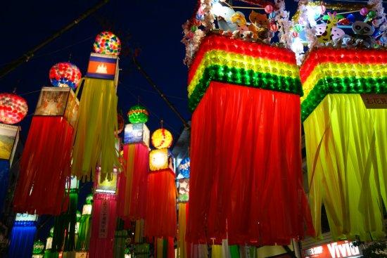 Hiratsuka, Japón: 夜は光の洪水です
