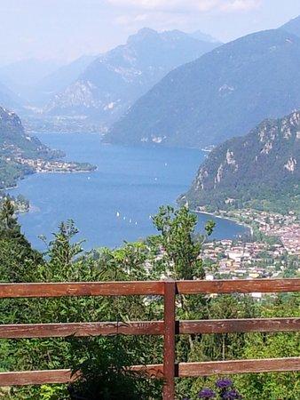 Treviso Bresciano, Italie : Aussicht auf den Idrosee vom Garten und vom Zimmer