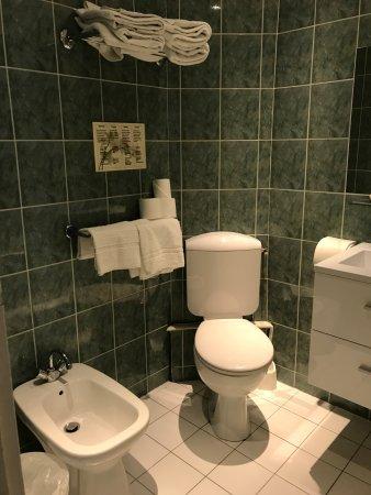 Hôtel Océanic : clean, modern bathroom