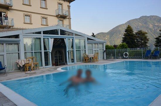 Mezzegra, Italien: Vue sur piscine et verrière