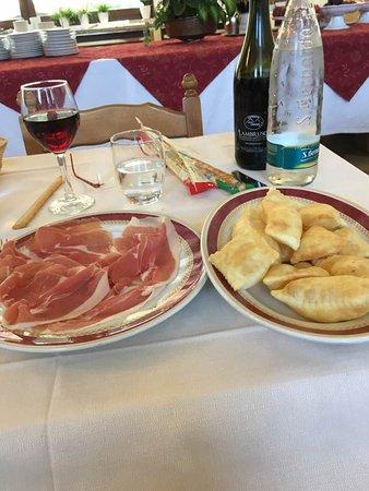Riolunato, Italy: Gnocchini fritti (il nome cambia secondo i luoghi) con salumi.