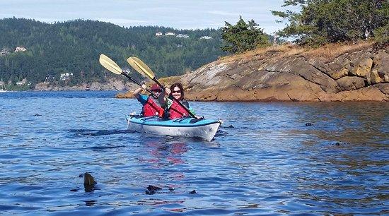 Roche Harbor, Etat de Washington : July 10, 2017 Mother and daughter afternoon kayak
