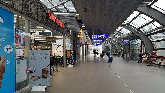 Tikkurila Railway Station: 駅構内 ホームの数字がわかりやすい エレベータ完備