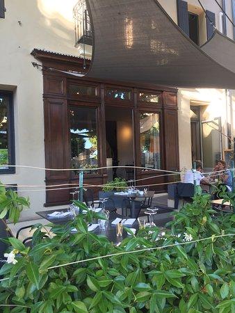 Caromb, Frankrike: Le 6 à table