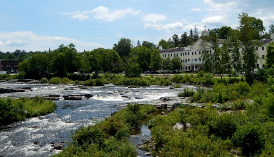 Littleton, NH: Loved this view of the river from the covered bridge