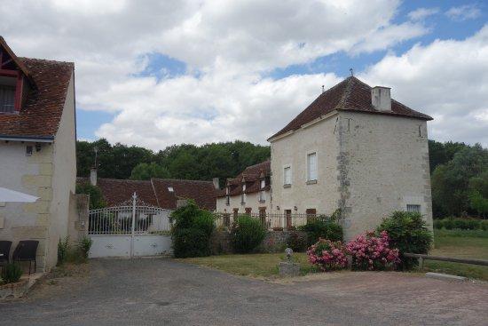 Vallieres-les-Grandes, فرنسا: Vue d'ensemble (le restaurant est à gauche, les gites au fond)