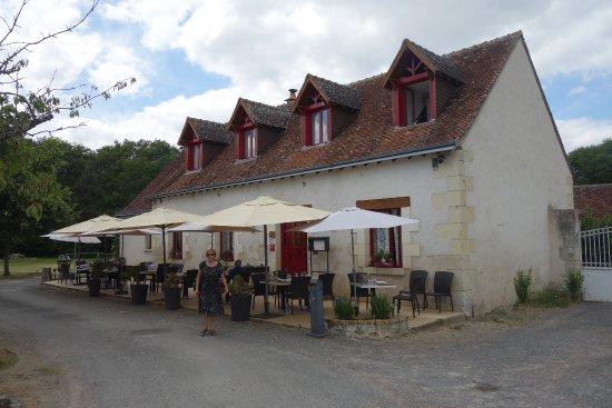 Vallieres-les-Grandes, فرنسا: Ensemble du restaurant avec sa terrasse