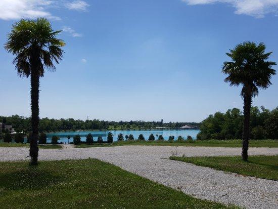Spresiano, Italië: lago limpido a due passi dal giardino ristor.