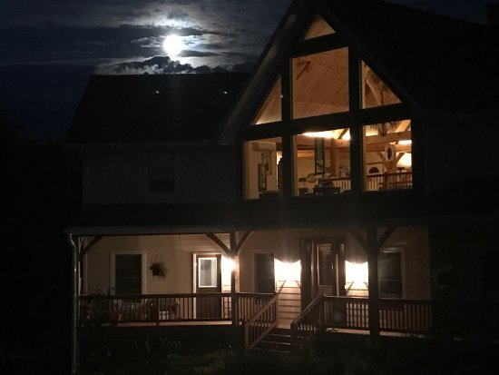 Moneta, Вирджиния: We arrived in the evening -- beautiful moon behind the house.