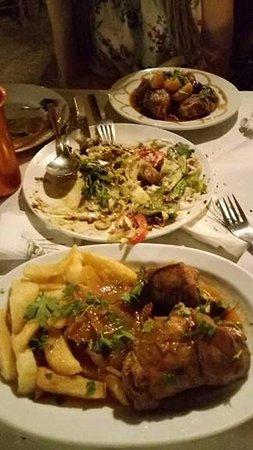 Βάμος, Ελλάδα: Κουνέλι στιφάδο, χοιρινό με δαμάσκηνο και βερίκοκο και στη μέση ότι απέμεινε απο τη σαλάτα παρασ