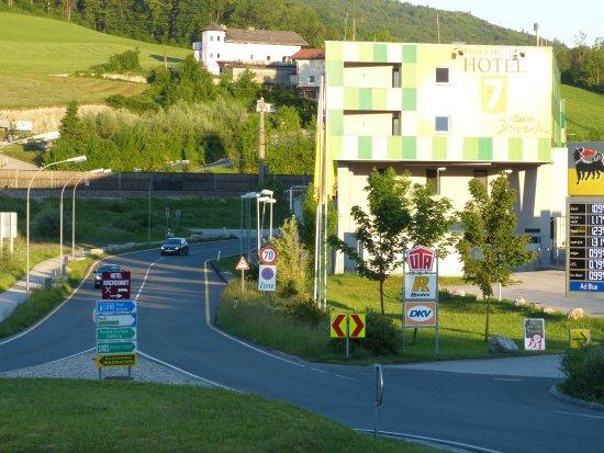 Puch, Østrig: Het hotel vanaf het restaurantje gezien