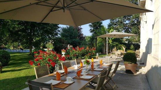 Gauriac, France: Terrasse petits déjeuners
