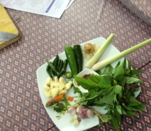 Rawai, Tailândia: Here were the ingredients for the Green Curry Chicken. Each one was explained, along with subs.