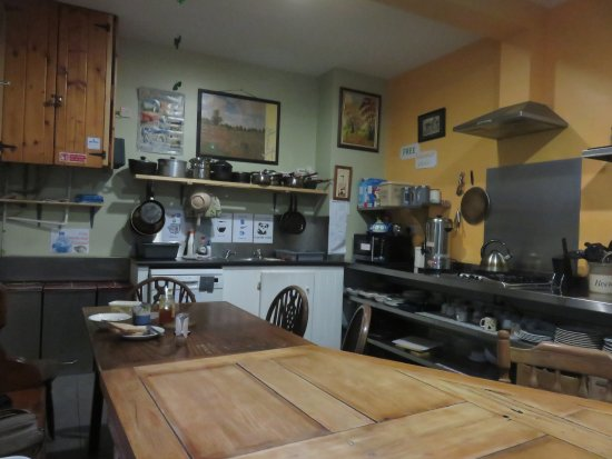 MacGabhainns Backpacker Hostel: Kitchen with long table and dishwasher