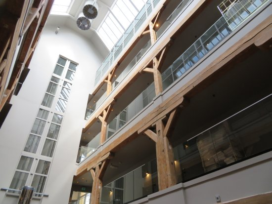 Hotel Brosundet: Central atrium in hotel