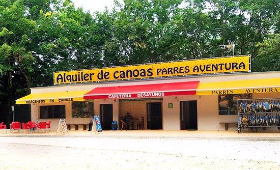 Arriondas, España: Nuestras instalaciones (Parking, cafetería, oficina y vestuarios con baños y duchas..)