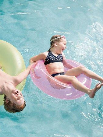 كانتري إن سويتس تشامبين: Be sure to have a great time in our swimming pool!