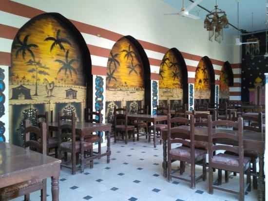 Hotel Sheherazade: Il ristorante abbellito da scene sul deserto