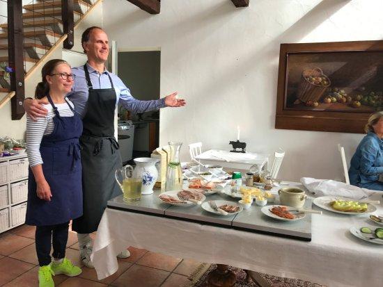 Hammenhog, Sweden: Our wonderful hosts presenting the breakfast.