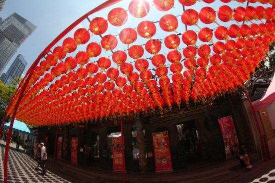 Raffles Place, Singapore: Entrada do Templo taoista Thiang Hock Keng