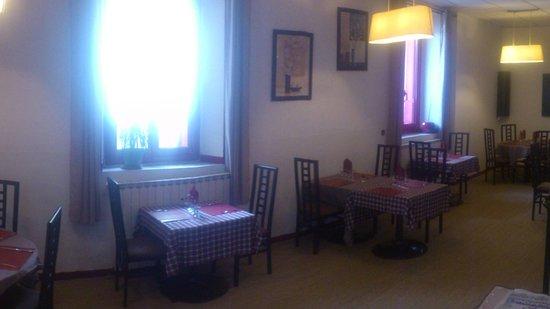 Cascastel-des-Corbieres, France: salle interieur du restaurant