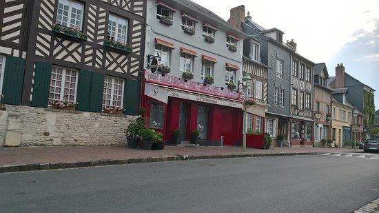 Beaumont-en-Auge, France: Nach 19:00 Uhr kein Service mehr, auch kein Barbetrieb!
